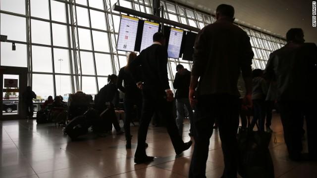 Hasta tres infectados con ébola podrían viajar en aviones cada mes