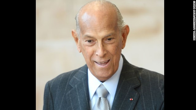 Fashion designer <a href='http://www.cnn.com/2014/10/20/living/oscar-de-la-renta-death/index.html' target='_blank'>Oscar de la Renta</a> has died, close friends of the family and industry colleagues told CNN on Monday, October 20. He was 82.