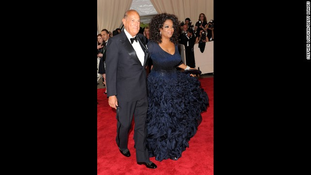 Of all the dresses de la Renta has placed on celebrities over the years, this navy blue item, worn by Oprah Winfrey to the 2010 Costume Institute Gala at the Metropolitan Museum of Art, is easily one of the most memorable. Taken separately, the elements have the potential to sound boring: a navy color, long sleeves and a skirt that's floor-length. But tailored properly and with attention to special details, this is a de la Renta gem.