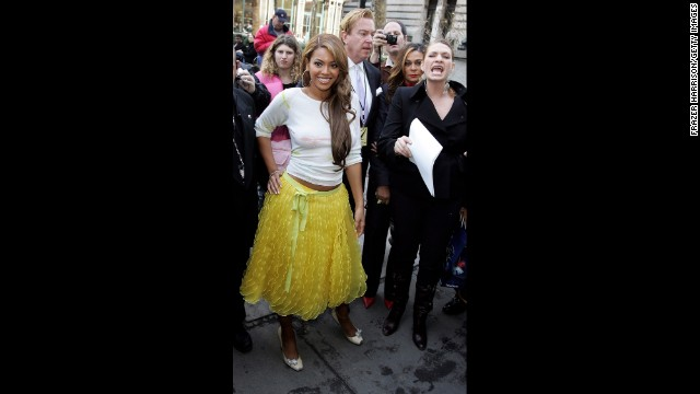 Beyonce is another famous name who can be counted as a fan of de la Renta's. The superstar singer, seen here at the designer's fall 2005 fashion show in New York, later wore a red de la Renta dress <a href='https://twitter.com/BarackObama/status/248480632936747008' target='_blank'>to meet President Obama in 2012.</a>