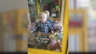 Niño atrapado en una máquina de juguetes