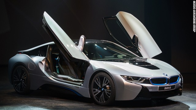 The i8 retains the sleek outline of a sports car, but uses a synchronization of electric motor and combustion engine.