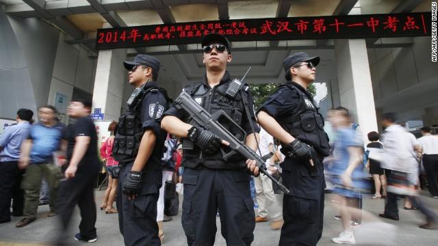 China atrapa a 2.440 estudiantes que hacían trampa con equipos de alta tecnología