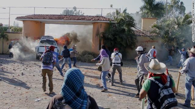Atacan residencia del gobernador de Guerrero