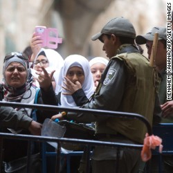 Israeli border policemen prevent Palestinian woman from entering the Al-Aqsa mosque compound in the old city of Jerusalem on October 30, 2014 after Israeli authorities temporarily closed the compound, Islam's third holiest site but also the most sacred place in Judaism.