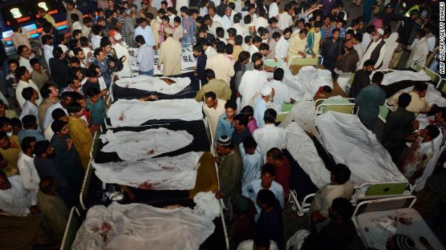 Decenas de muertos deja explosión suicida en la frontera de Pakistán con India