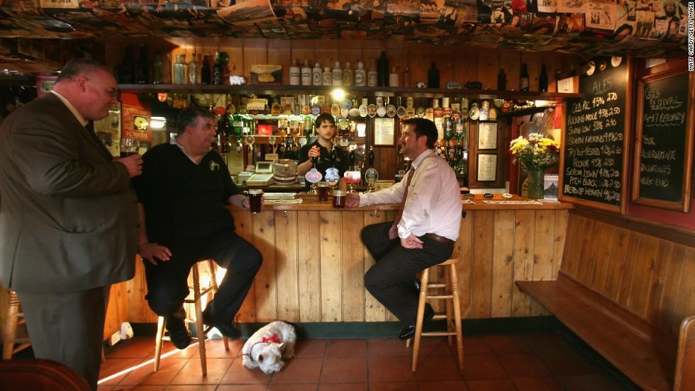 Inglaterra = aire viciado de un bar
