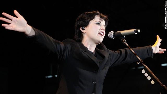 Arrestan a la cantante de The Cranberries por un ataque en un avión