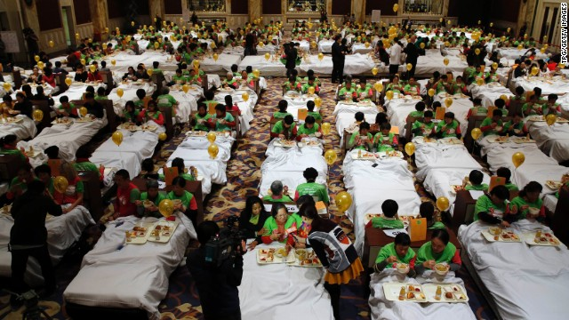 Some 338 people had breakfast in bed at the Pudong Shangri-la Hotel in China on Wednesday, trying to break a world record.