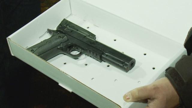 Muere un niño que jugaba con una pistola de juguete tras ser abatido por un policía
