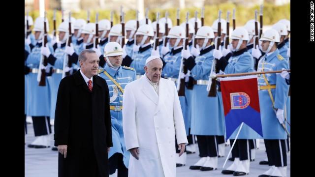 Papa Francisco pide tolerancia religiosa durante su poco usual visita a Turquía