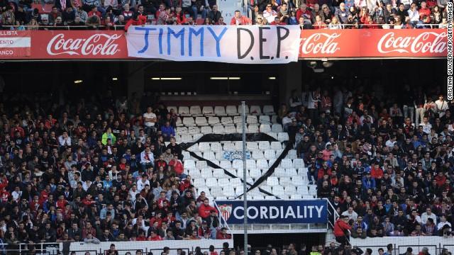 La violencia opaca jornada dominical de fútbol en España: un hincha muere en riña