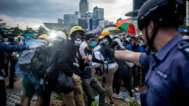 Más de 50 detenidos tras enfrentamientos en Hong Kong