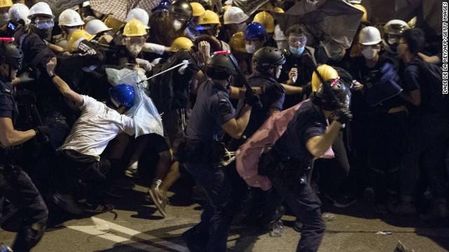 La policía derriba carpas y termina con la protesta de Hong Kong