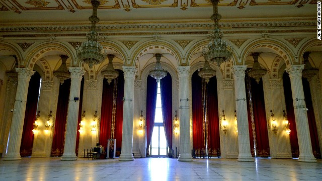 The carpet in the palace's Union Hall weighs 1.5 tons. The whole building uses 220,000 square meters of carpet, 3,500 tons of crystal and one million cubic meters of marble.