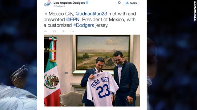 Avalancha de críticas a Adrián González y a los Dodgers por su visita a Peña Nieto