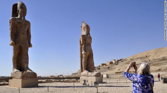 Antiguas estatuas se alzan otra vez