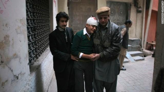 """""""Muchos están bajo las bancas, mátenlos"""", narra sobreviviente de la masacre en Pakistán"""