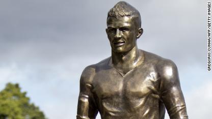 Football: Ronaldo unveils bronze statue