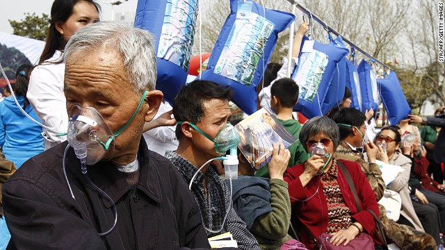 In a tourism marketing stunt, residents of Zhengzhou, one of China's most polluted cities, lined up to breathe fresh air packed in from Laojun Mountain.