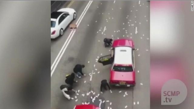 Caen millones de dólares de una camioneta blindada en Hong Kong y…