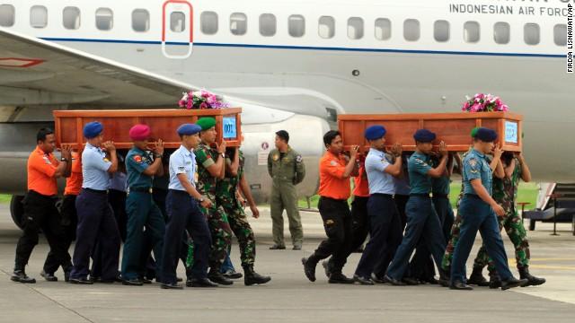 Mal tiempo dificulta la búsqueda del avión de AirAsia; 10 cuerpos han sido recuperados