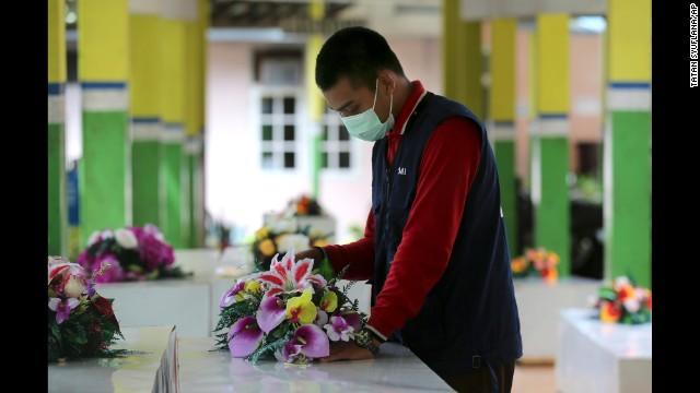Un pequeño hospital con una gran tarea: identificar cuerpos del vuelo de AirAsia
