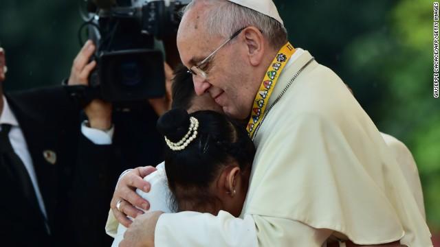 Abrazo a niña en Filipinas