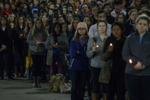 Miles se congregan para recordar a los tres estudiantes