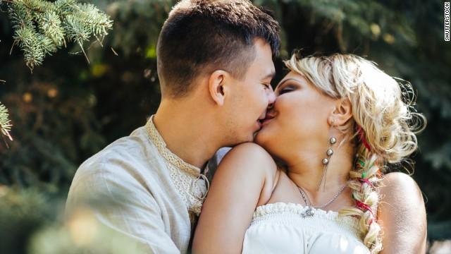 http://i2.cdn.turner.com/cnn/dam/assets/150214115316-couple-kissing-story-top.jpg