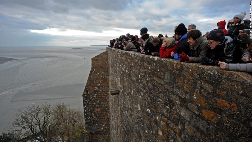 'Supermarea' aísla a Monte Saint-Michel en Francia