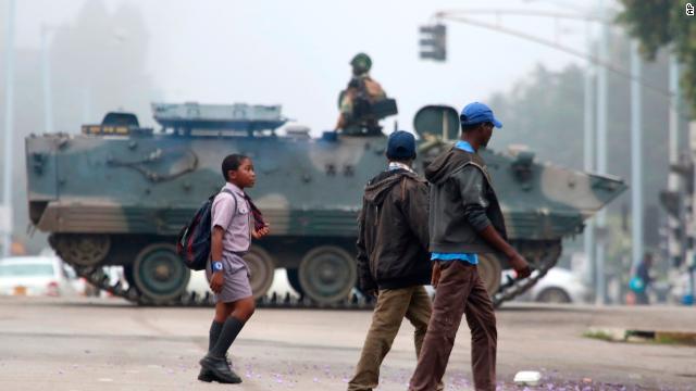 http://i2.cdn.turner.com/cnn/dam/assets/171115163435-zimbabwe-unrest-2-story-top.jpg