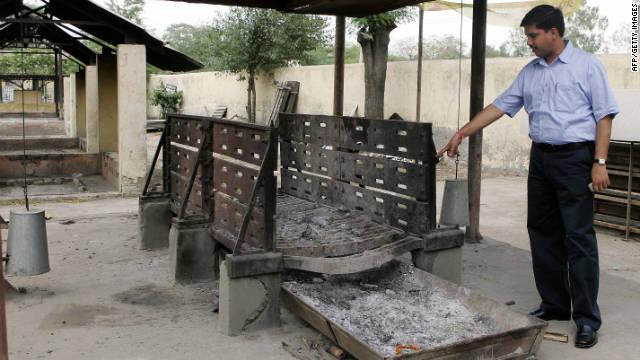 Anshul Garg displays Mokshda's Green Cremation System.