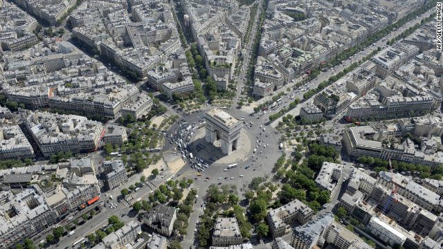 An aerial view of the traffic around the Arc de Triomphe.