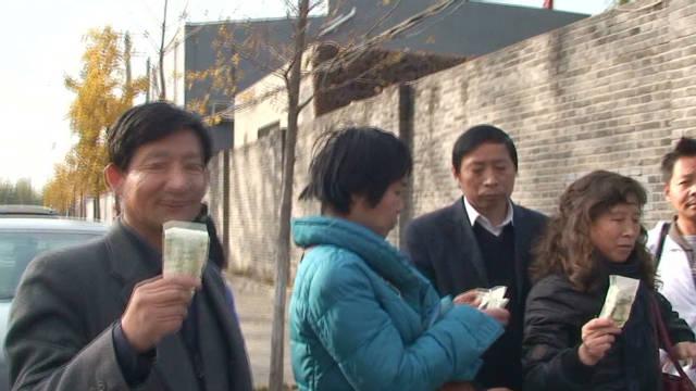 Chinese donate money to Ai Weiwei