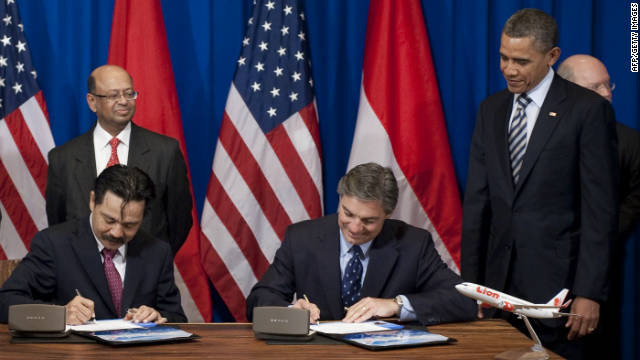 US President Barack Obama stands alongside Ray Conner, second right, senior vice president of Boeing, and Rusdy Kirana, president director of Lion Air, during a signing ceremony for a record $21.7 billion deal.