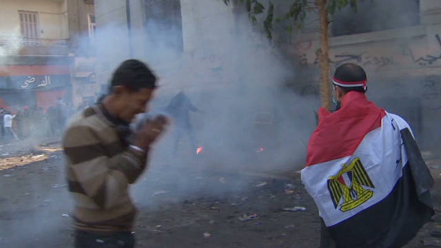 Protesters brave tear gas in Cairo