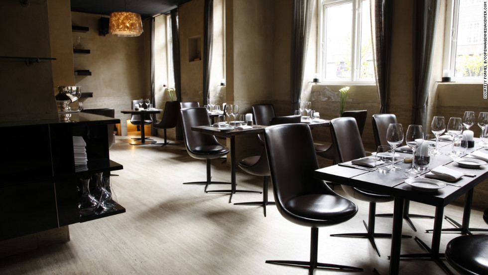 Formel B's cuisine is innovative yet rooted in classic French gastronomy. The menu includes dishes such as salted cod with Jerusalem artichokes, parsley and mussel juice.