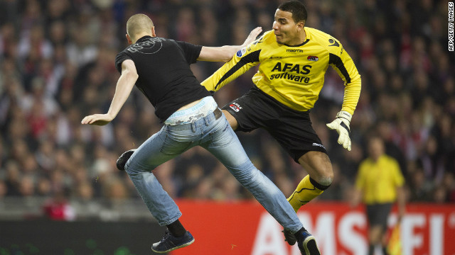 Alkmaar player fights off Ajax fan attack