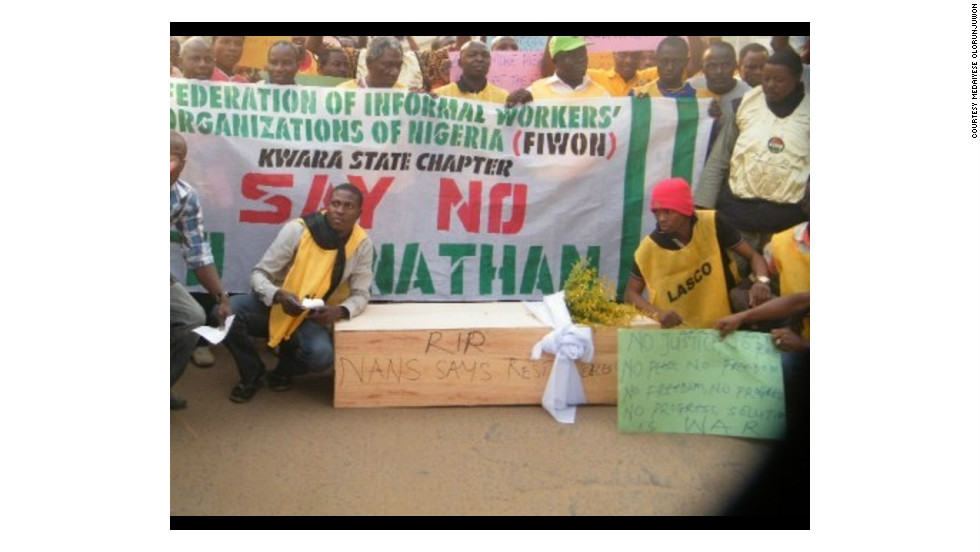 During the rally in Ilorin, Kwara State, demonstrators displayed a mock coffin, while demanding the government bring back fuel subsidies.