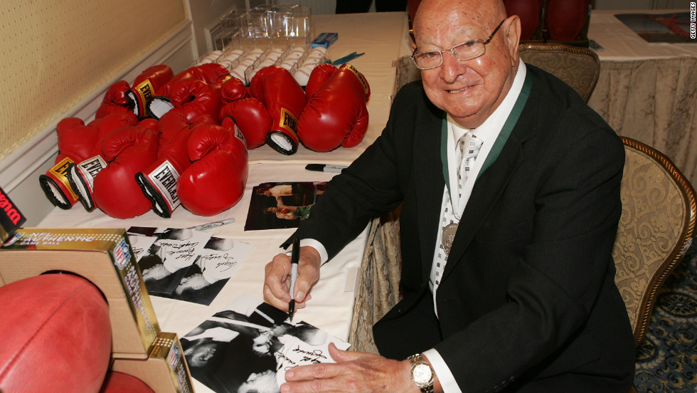 Dundee signs memorabilia at the 23rd Annual Great Sports Legends Dinner to Cure Paralysis in New York in September 2008.