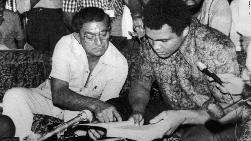Dundee with Ali ahead of his successful title defense against Joe Bugner in June 1975.