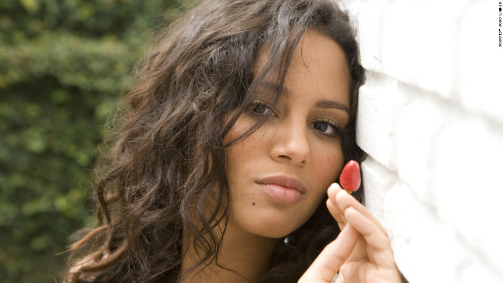 Singer Mayra Andrade is a true globetrotter. Born in Cuba, raised in Cape Verde, she has also lived in Senegal, Angola and Germany, and now lives in Paris. Her jazzy bossa nova ballads are winning her fans all over the world.