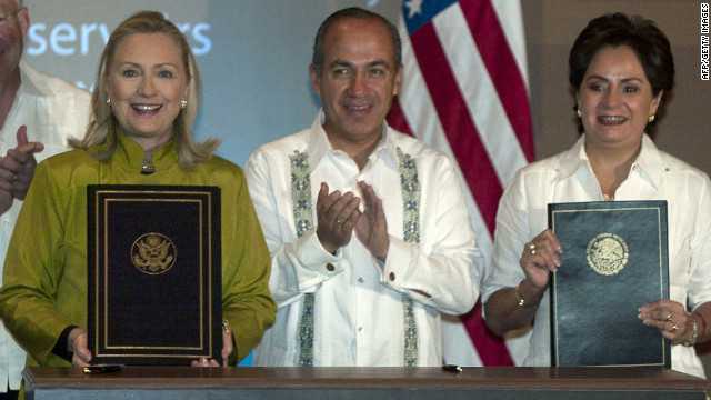 Hillary Clinton poses with Mexican President Felipe Calderon and Foreign Minister Patricia Espinosa after signing the agreement.