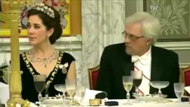 pkg moos caught eyeing royal cleavage_00000411