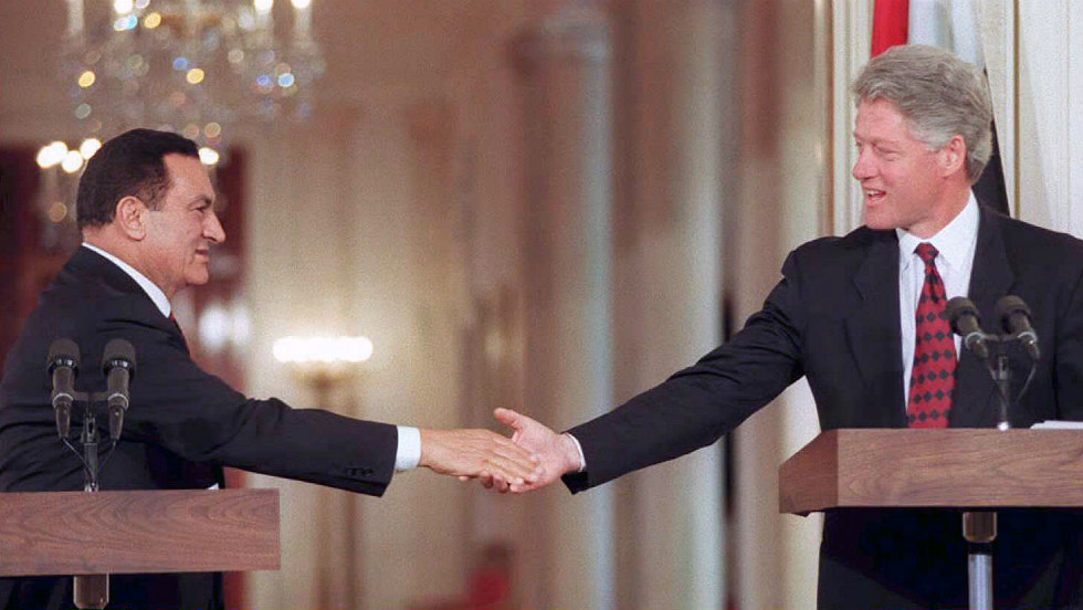 Mubarak and U.S. President Bill Clinton hold a joint press conference in 1995.