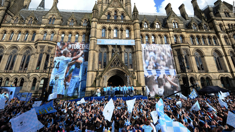 More than 100,000 fans gathered  in front of Manchester Town Hall as the City team emerged with the EPL trophy.