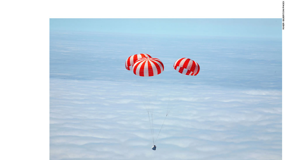 This image shows how Dragon returns to Earth, under parachutes, to splashdown in the ocean, much like the spacecraft of Mercury, Gemini and Apollo.