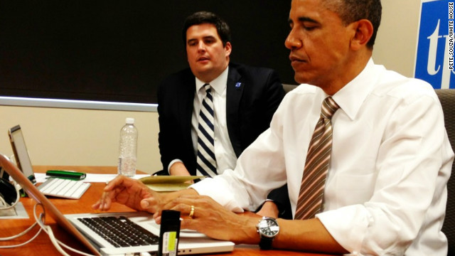Twitter photo captured by White House photographer Pete Souza with effects.  Photo of POTUS answering questions on twitter now in Iowa ‪#whchat‬ pic.twitter.com/rQOyuxL3
