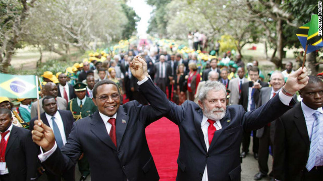 Former Brazilian president Lula da Silva (right) with his Tanzanian counterpart Jakaya Mrisho Kikwete aftter a meeting in Dar Es Salaam, on July 7, 2010.